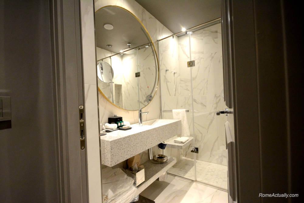 Image: Bathroom of Deluxe room Sofitel Rome Villa Borghese