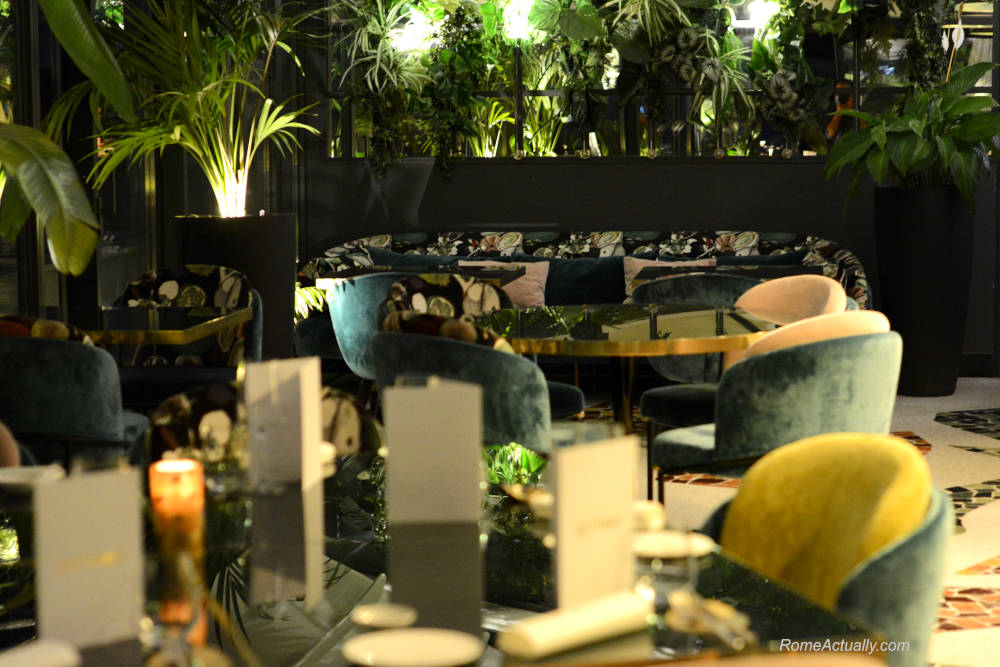 Image: Tables and seating of Settimo lounge restaurant at Sofitel Rome Villa Borghese Hotel